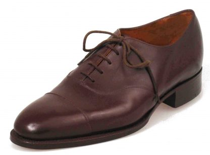 Austere Oxford shoes with plain straight caps